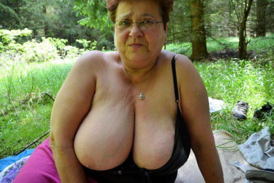 Oma mit dicken Titten