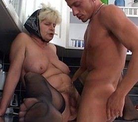 alte oma fickt junger schwanz